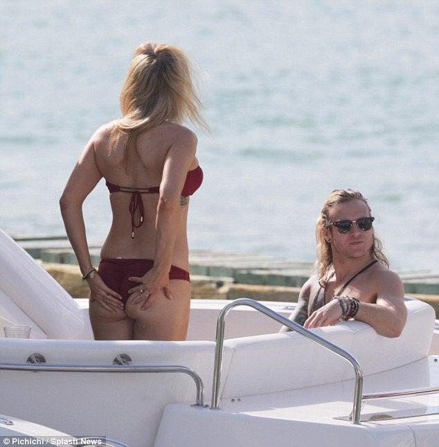 Ellie Goulding Bikini Pictures NSFW